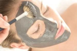 La aplicación de la máscara para la cutis